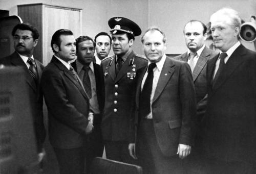 Космонавты Титов и Шонин в лаб. эксп(2) КГД